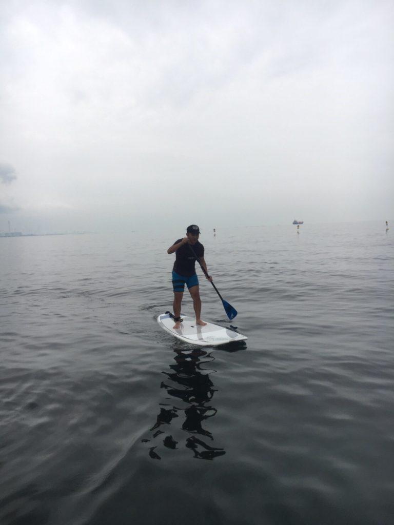海で体幹トレーニング男性