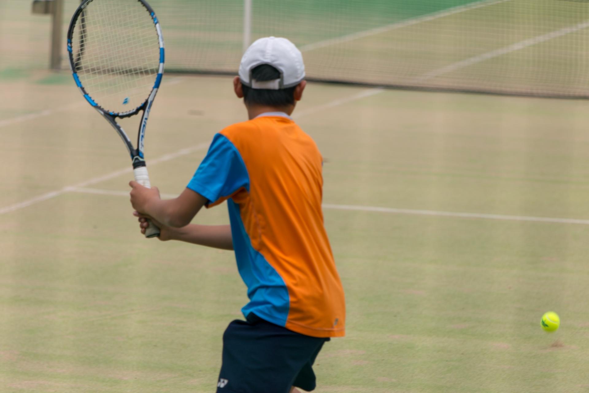 テニスのスイングする学生