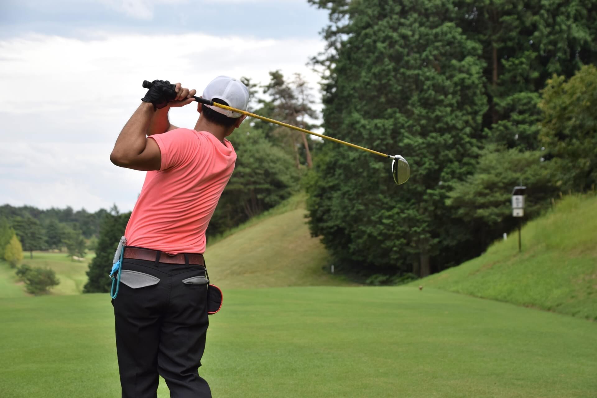 ゴルフのスイングする男性